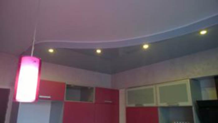 Установка натяжные потолков в комнате