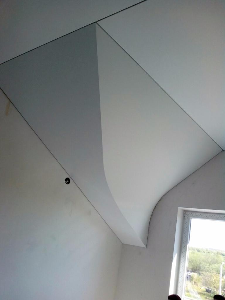 Натяжные потолки в мансарде