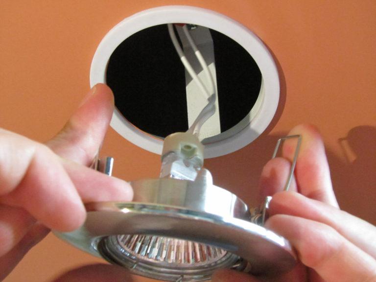 Монтаж светильников в натяжных потолках