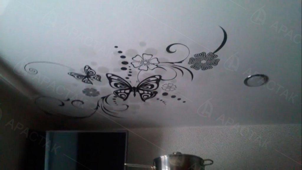 Одноуровневые потолки на кухне