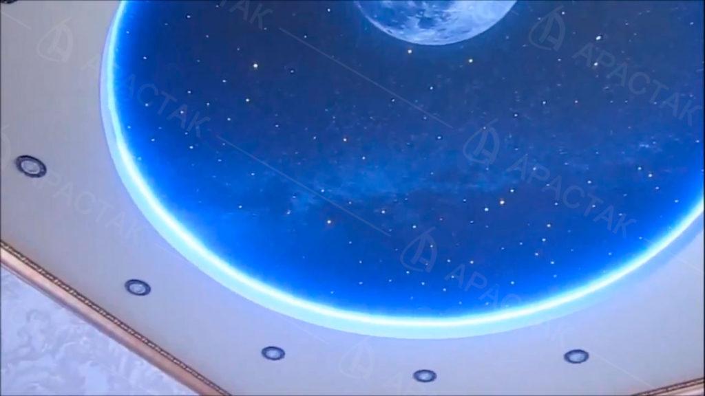 Фотопечать звездного неба в дизайне натяжного потолка в детской