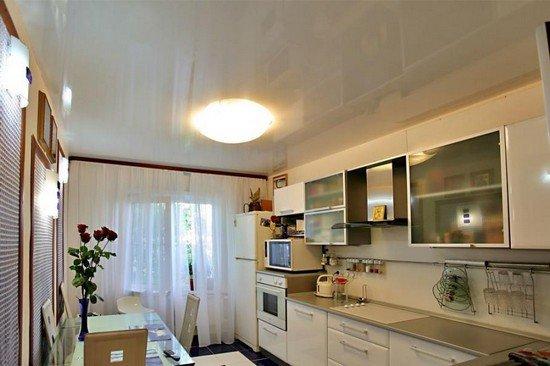 Преимущества использования натяжных потолков на кухне