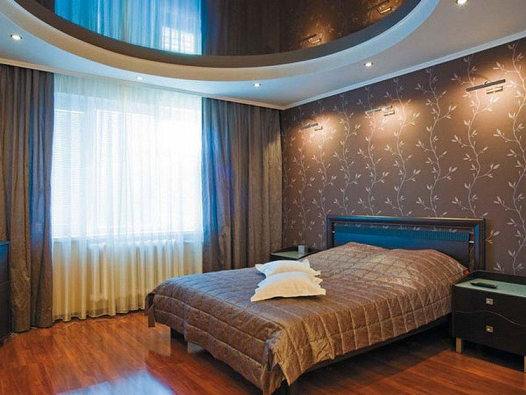 Установка натяжные потолков в спальне