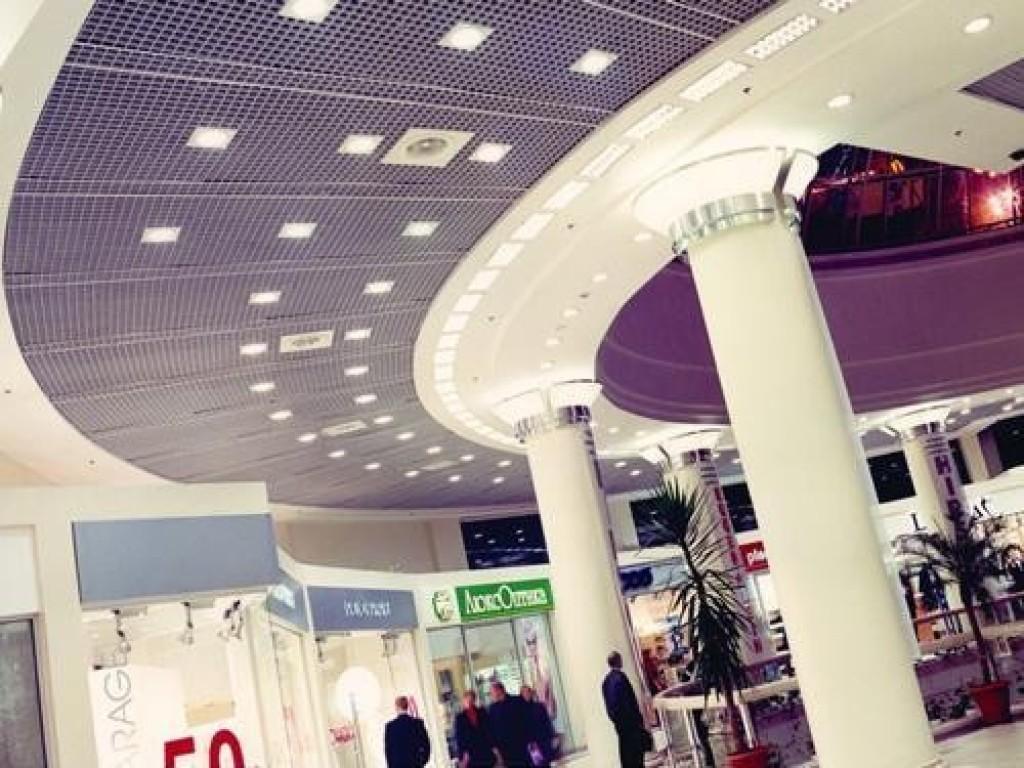 Установка натяжных потолков в торговом центре