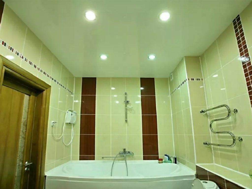 Какой тип натяжного полотна идеально подойдет для ванной комнаты