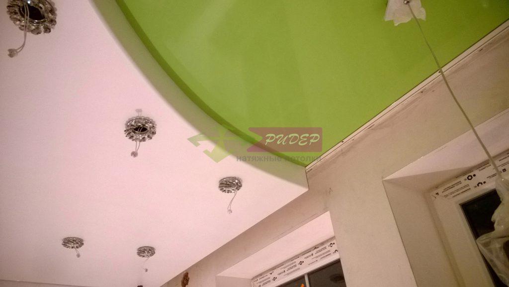 Особенности цветных натяжных потолков