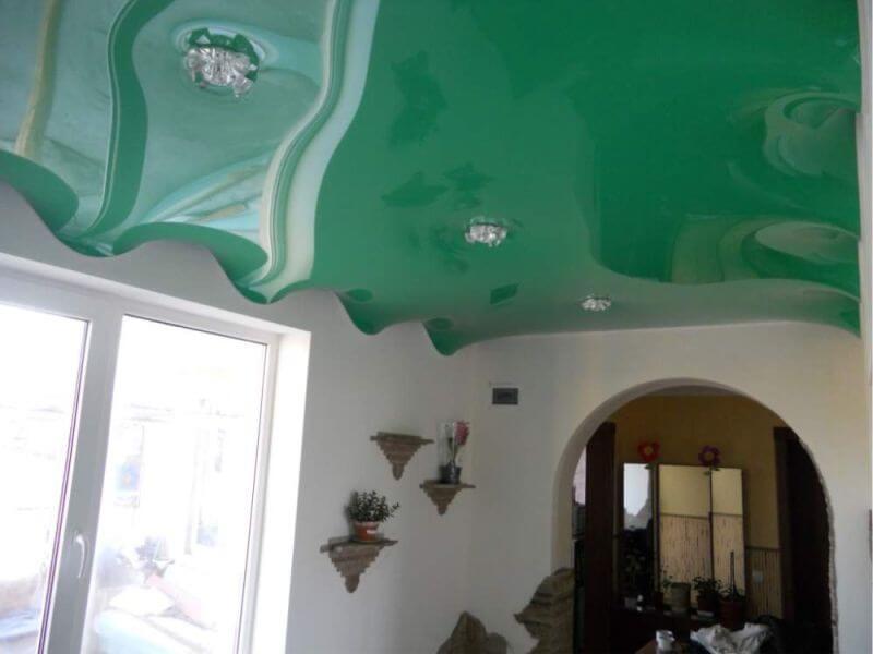 Волнистый натяжной потолок в интерьере квартиры